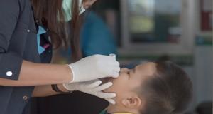 Nurse administers polio vaccine. Credit frank60 / Shutterstock.com