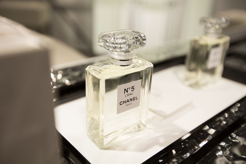 gebr heinemann presents new chanel n 5 l eau in frankfurt. Black Bedroom Furniture Sets. Home Design Ideas